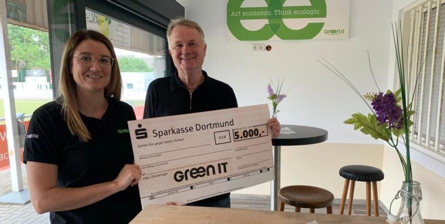 GREEN IT überreicht Spendenscheck an den SV Brackel 06 in Höhe von 5000€